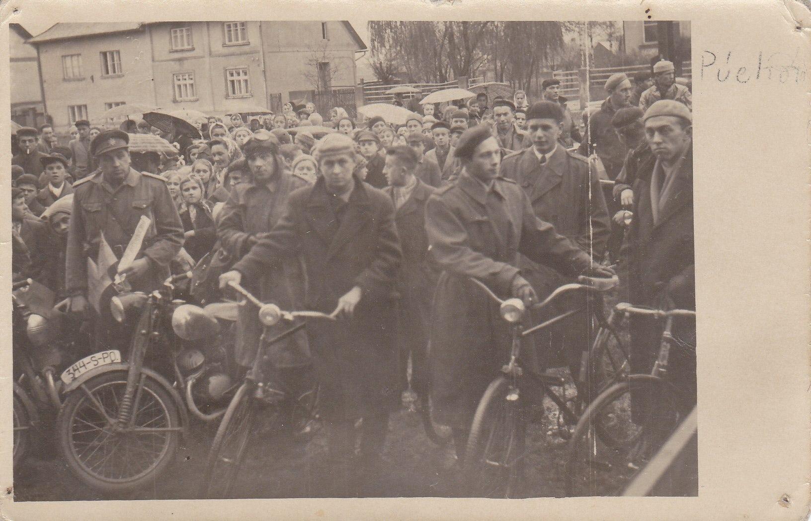 """Fotografia Štefánikovej ul. pravdepodobne z mája 1953, kedy prebiehali v Púchove cyklistické preteky. Trať viedla zo Štefánikovej na Hollého ulicu, Moravskú a späť na Štefánikovu. Jedno kolo bolo dlhé 850 metrov. Závodníci museli absolvovať okruhy podľa kategórií. Muži mali 42 okruhov."""""""