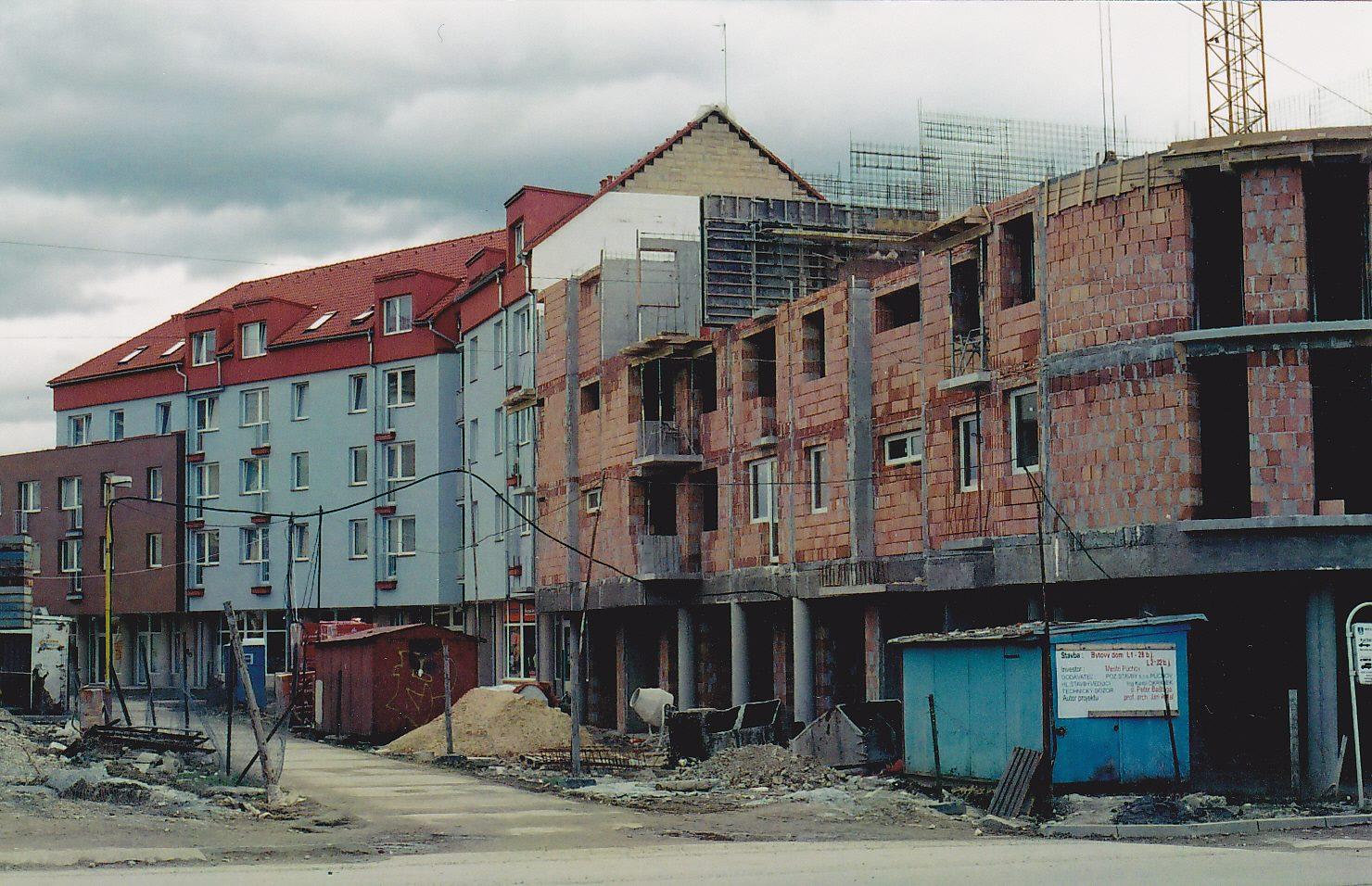 Roh Moravskej a Moyzesovej ulice vo výstavbe cca v r. 2004 z parkoviska pri OD Lachovec. Kedysi tu stálo Potravné družstvo - Hotel Javorník, dnes dole sídli pobočka Prima banky a iné prevádzky...