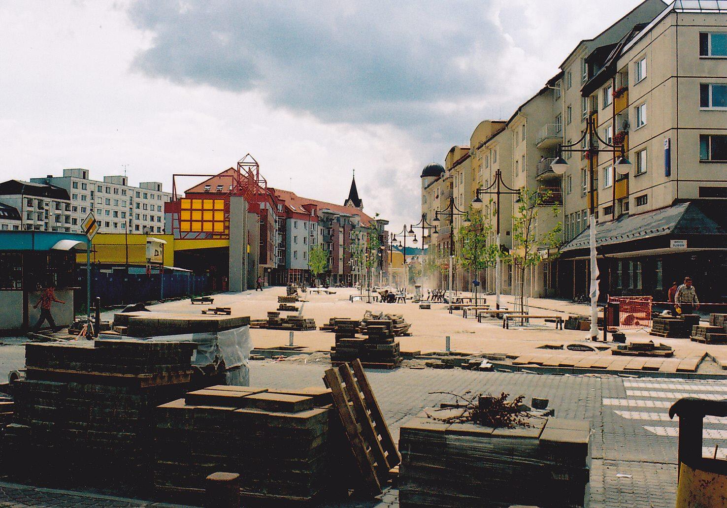 Dokončovanie výstavby pešej zóny (Moyzesovej ulice) v Púchove kladením dlažby v lete 2006