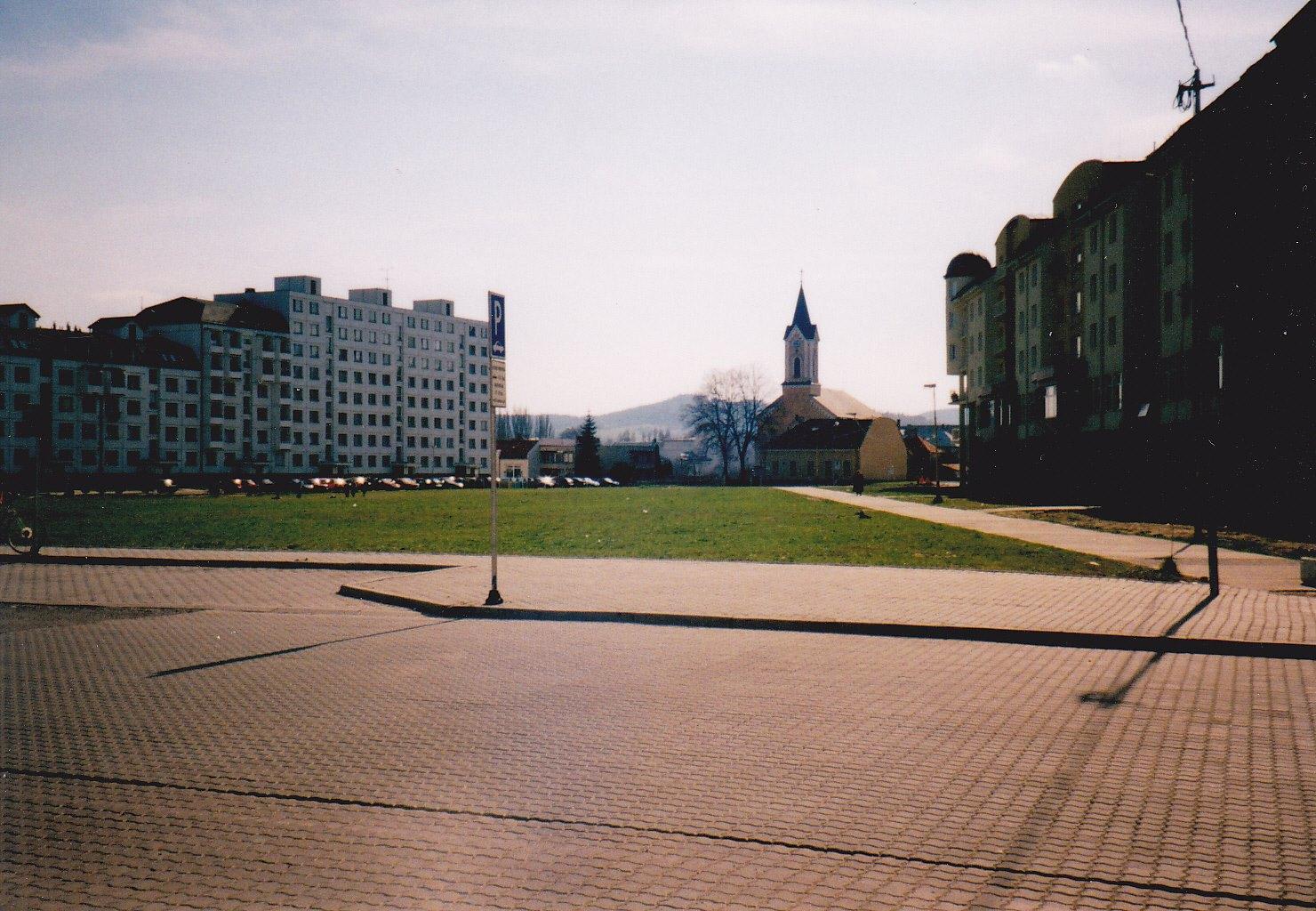 Zelená lúka na mieste dnešnej pešej zóny v Púchove (Mozyesova ul.) v r. 2001