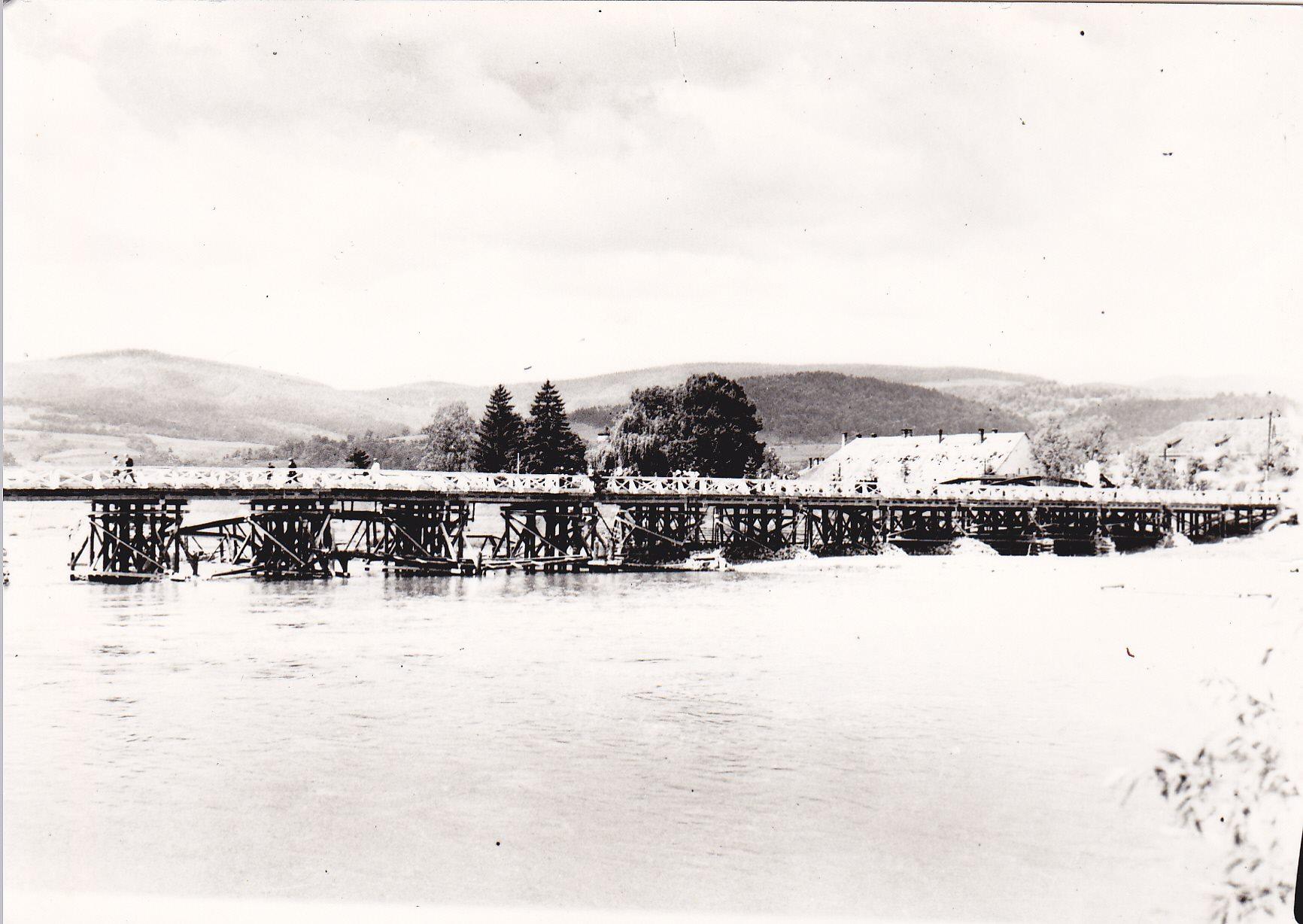 Provizórny drevený most postavený v máji 1945 v spolupráci ČA s obyvateľmi Púchova. ONV po jeho prevzatí žiadal čím-skôr vybudovať nový železný most, keďže by mohlo dôjsť k jeho zničeniu veľkou vodou. Obavy sa naplnili a vo februári 1946 sa Váh vylial z koryta, strhol most a zasiahol celé mesto.
