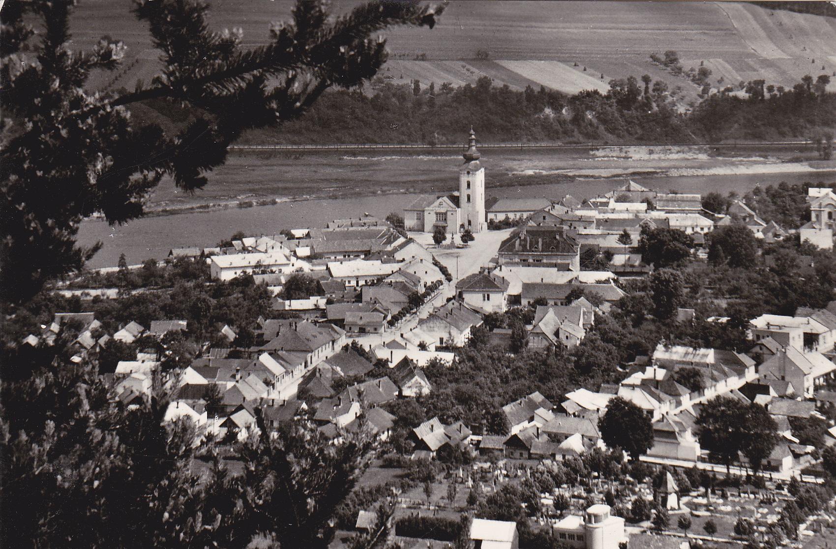 Fotografia z roku 1956 zachytila z Lachovca najstaršiu časť mesta Púchov - Marczibányiho námestie (Námestie slobody) a Moravskú ulicu