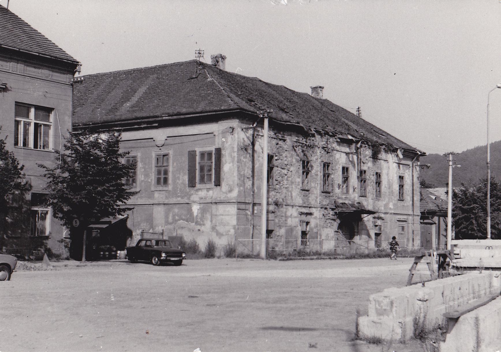 Marczibányiho kaštieľ na Námestí slobody v r. 1982 so Škodou 100