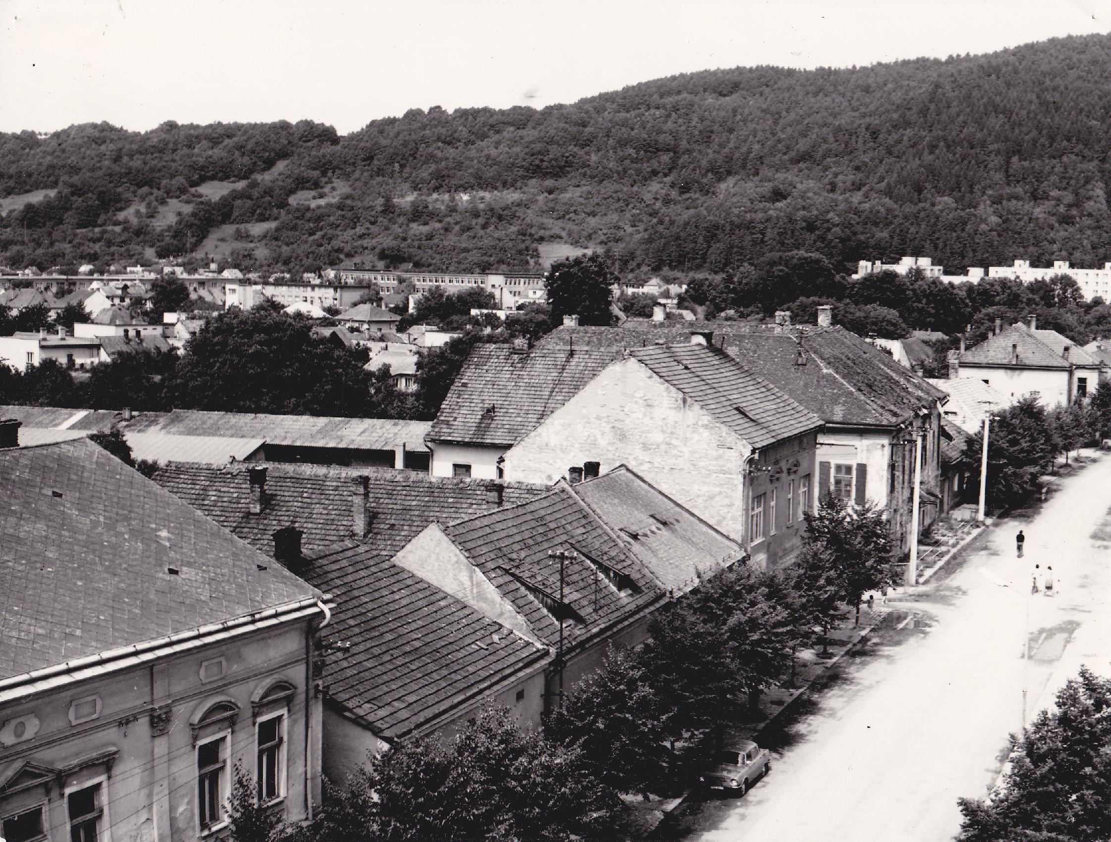 Pohľad na Námestie slobody a Púchov z veže katolíckeho kostola v roku 1983