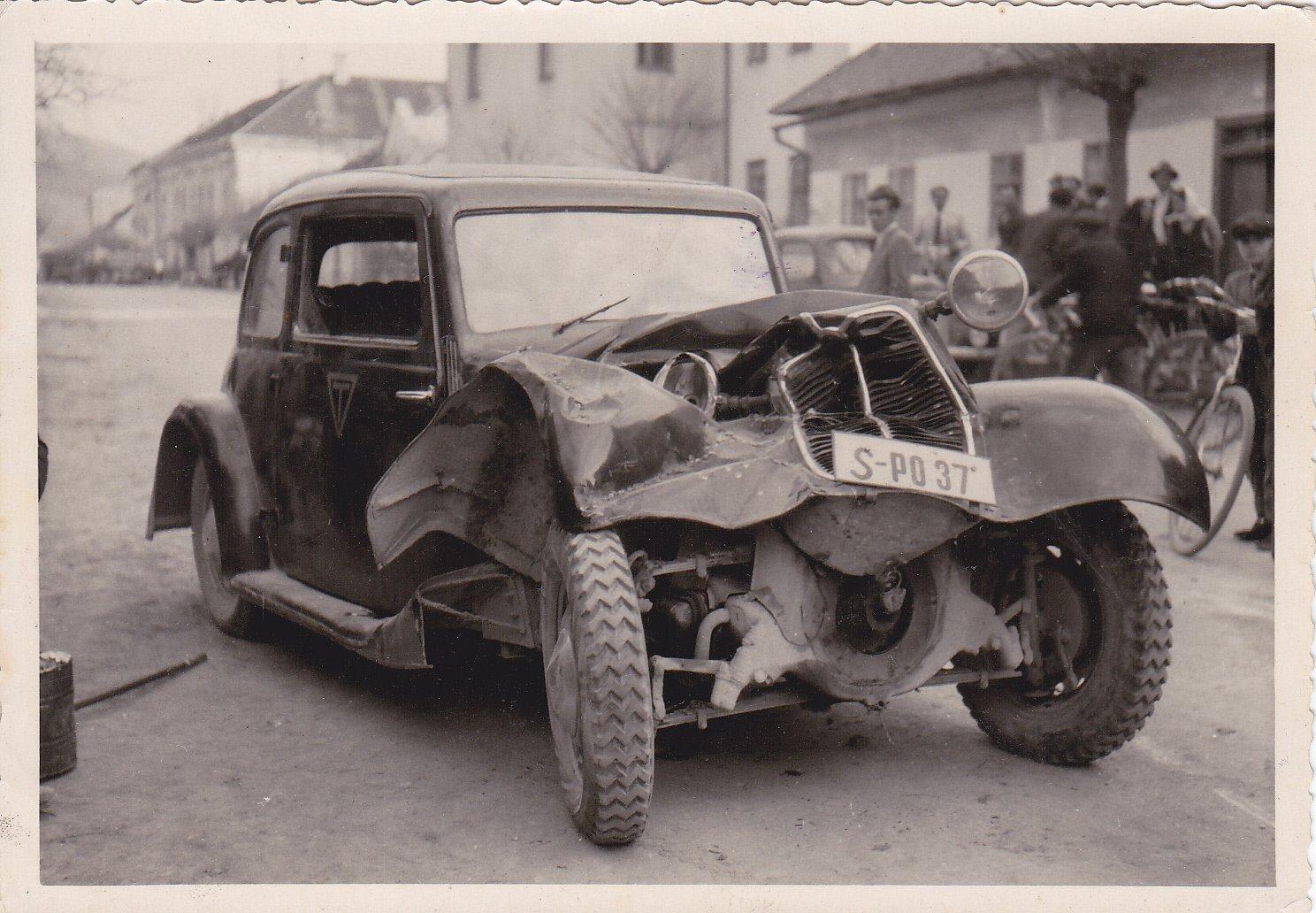 kolízia vozidiel p. Ocelíka a p. C. Záležáka na Námestí slobody v roku 1948 (Tatra 57b)