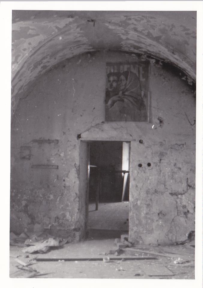 Interiér zničeného Marczibányiovského kaštieľa na Námestí slobody
