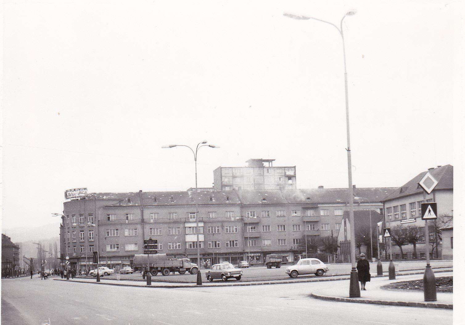 Parkovisko medzi Hollého a Poštovou ulicou v roku 1976