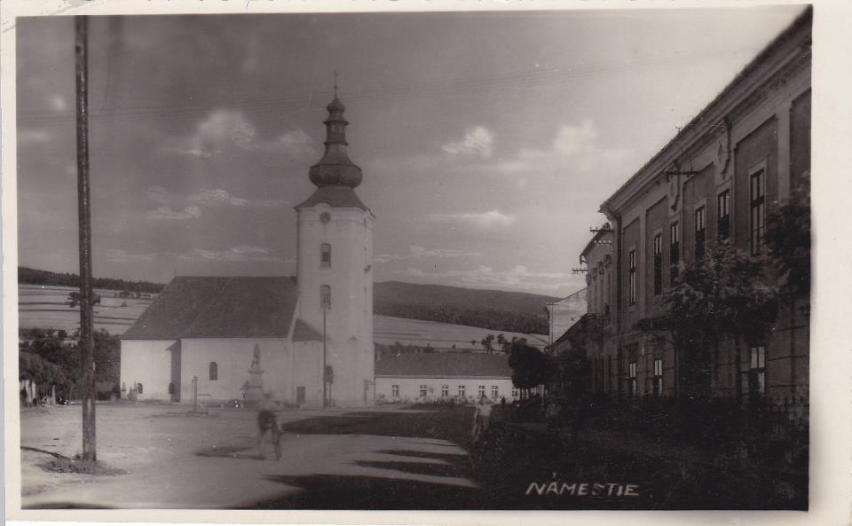 Námestie slobody cca 1935 (vpravo Marczibányiho kaštieľ)