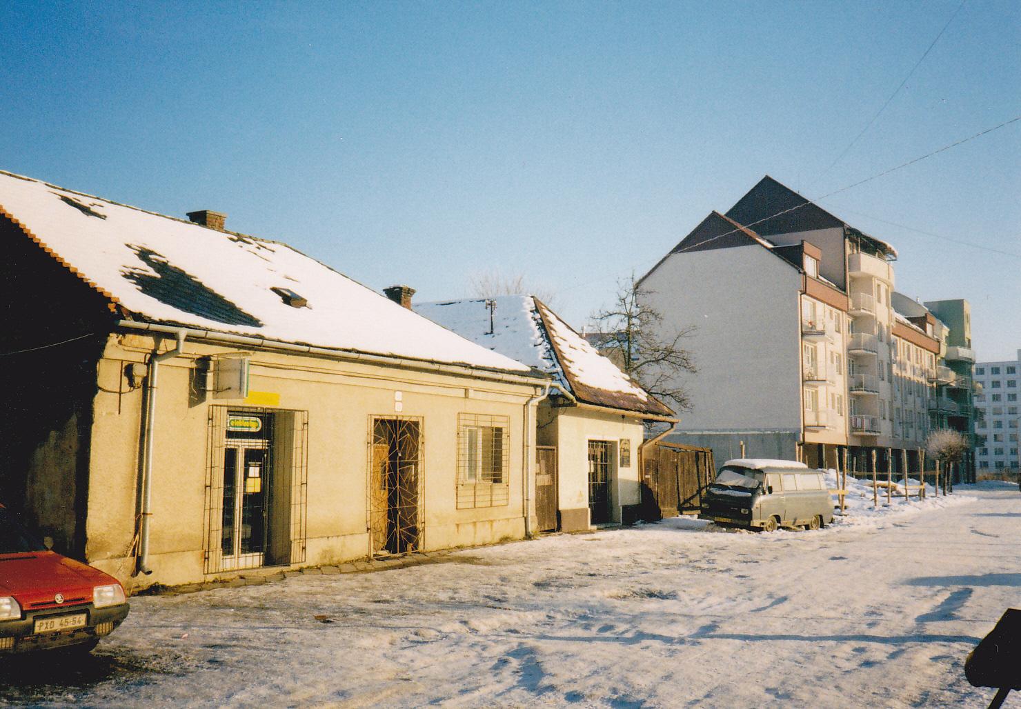 Posledné domy na Moravskej ulici v Púchove v r. 2002, ktoré počas rekonštrukcie ulice nahradili polyfunkčné bytovky