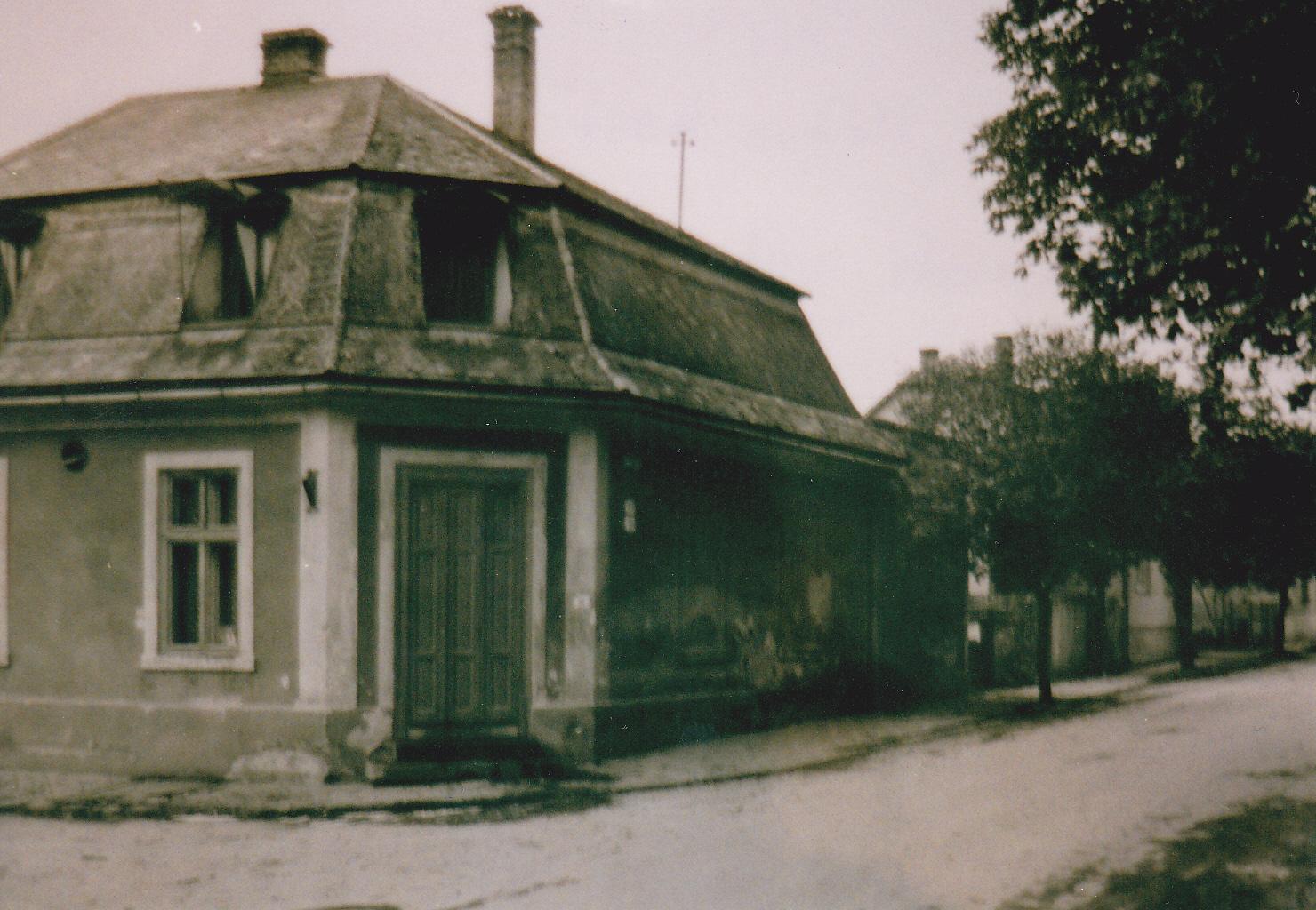 Hostinec u Oronika tzv. Mŕtva kosť okolo r. 1980 s pohľadom na Komenského ul.: