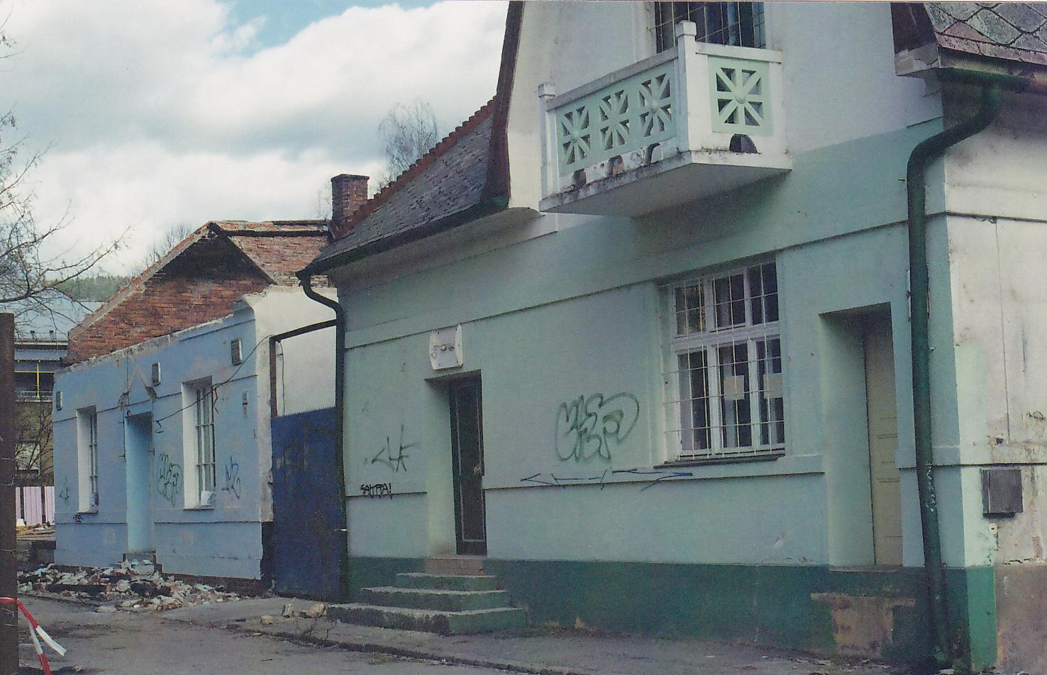 Domy na rohu ulíc F. Urbánka a Štefánikovej (dnes tzv. Štefánka) odfotografované pri demolácii okolo r. 2005