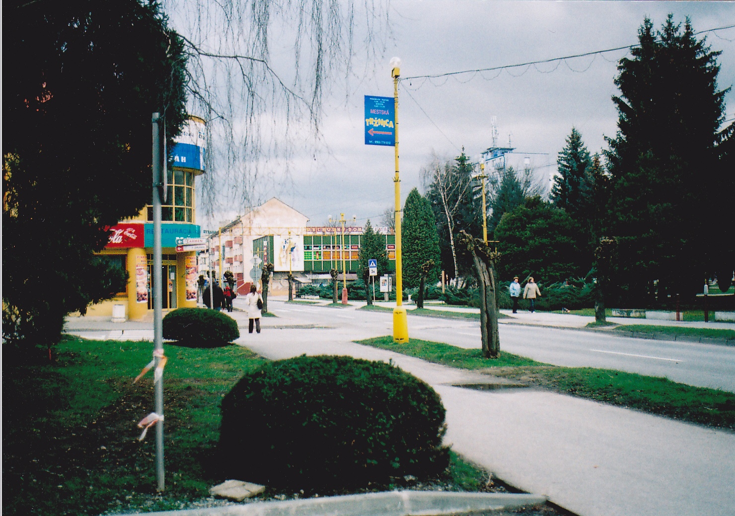 Fotografia zachytáva križovatku ulíc F. Urbánka a Štefánikovej na jar roku 2007