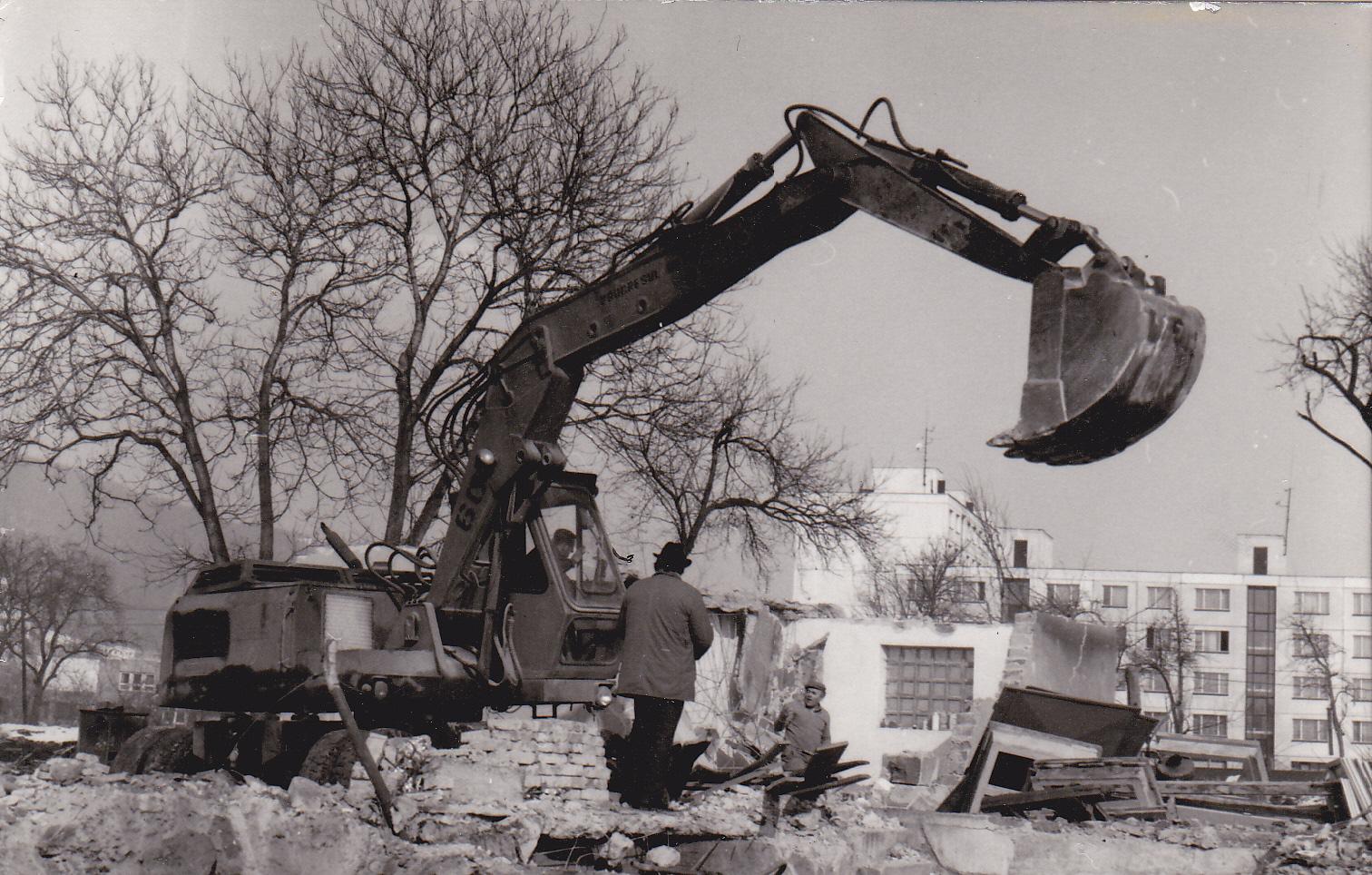 Búranie domov na Moravskej ulici (vzadu panelový dom na Námestí slobody)