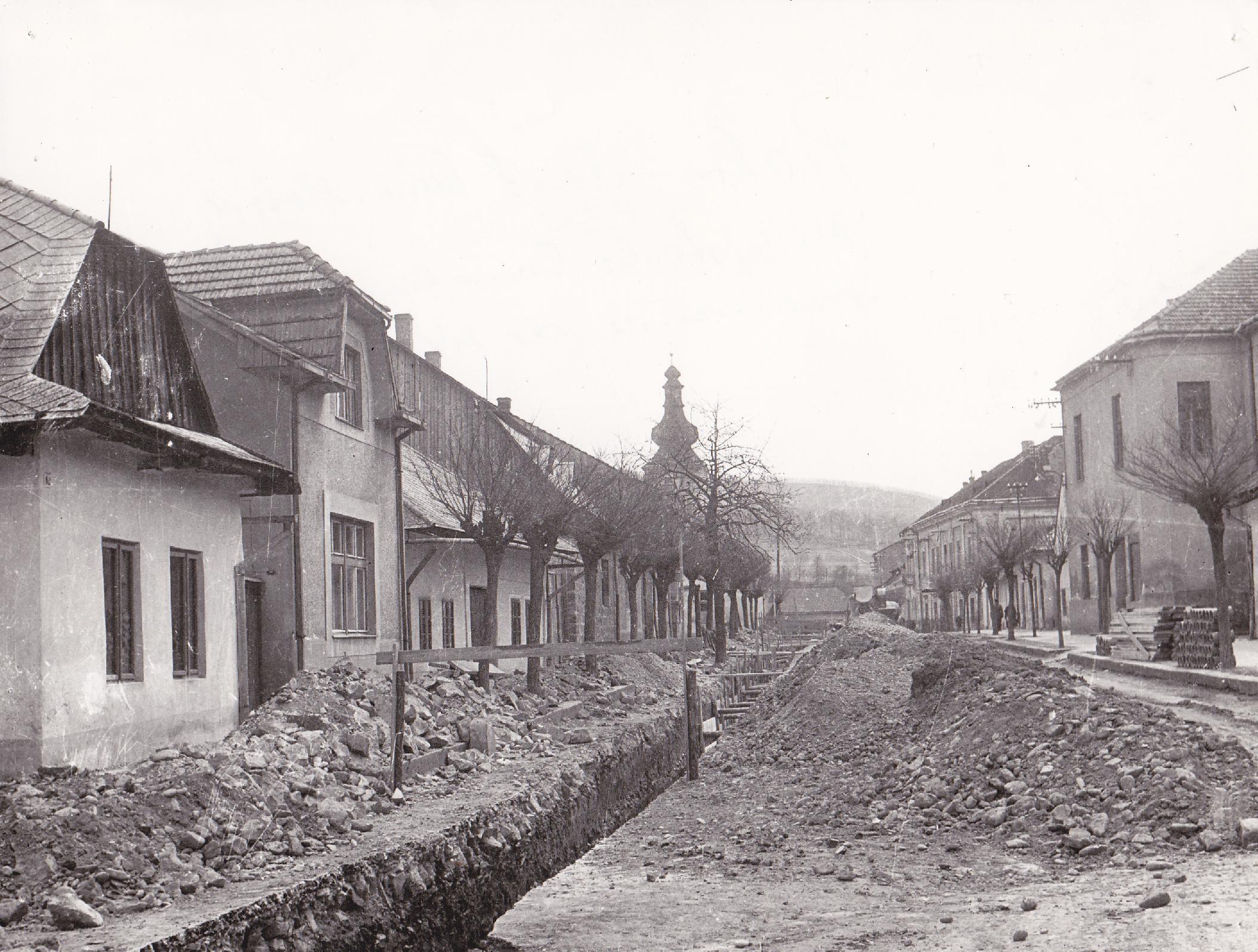 Výstavba kanalizácie na Námestí slobody v Púchove na prelome 70. a 80. rokov minulého storočia