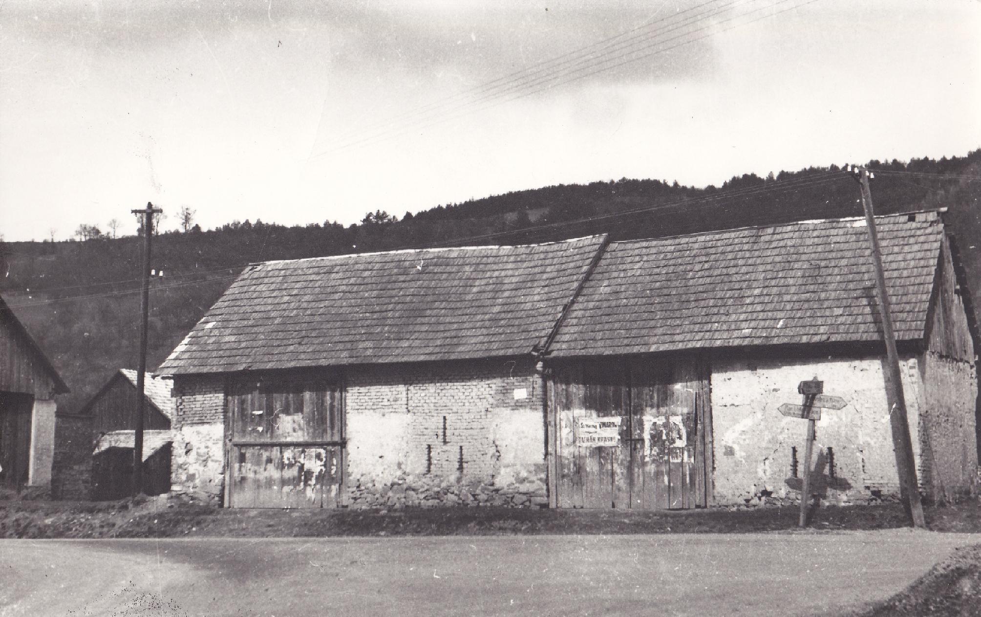 Križovatka Štefánikovej a Komenského ulice v pol. 20. storočia (dnes ZŠ Komenského) Smerovník ukazuje smer PB, ZA a Horní Lideč.
