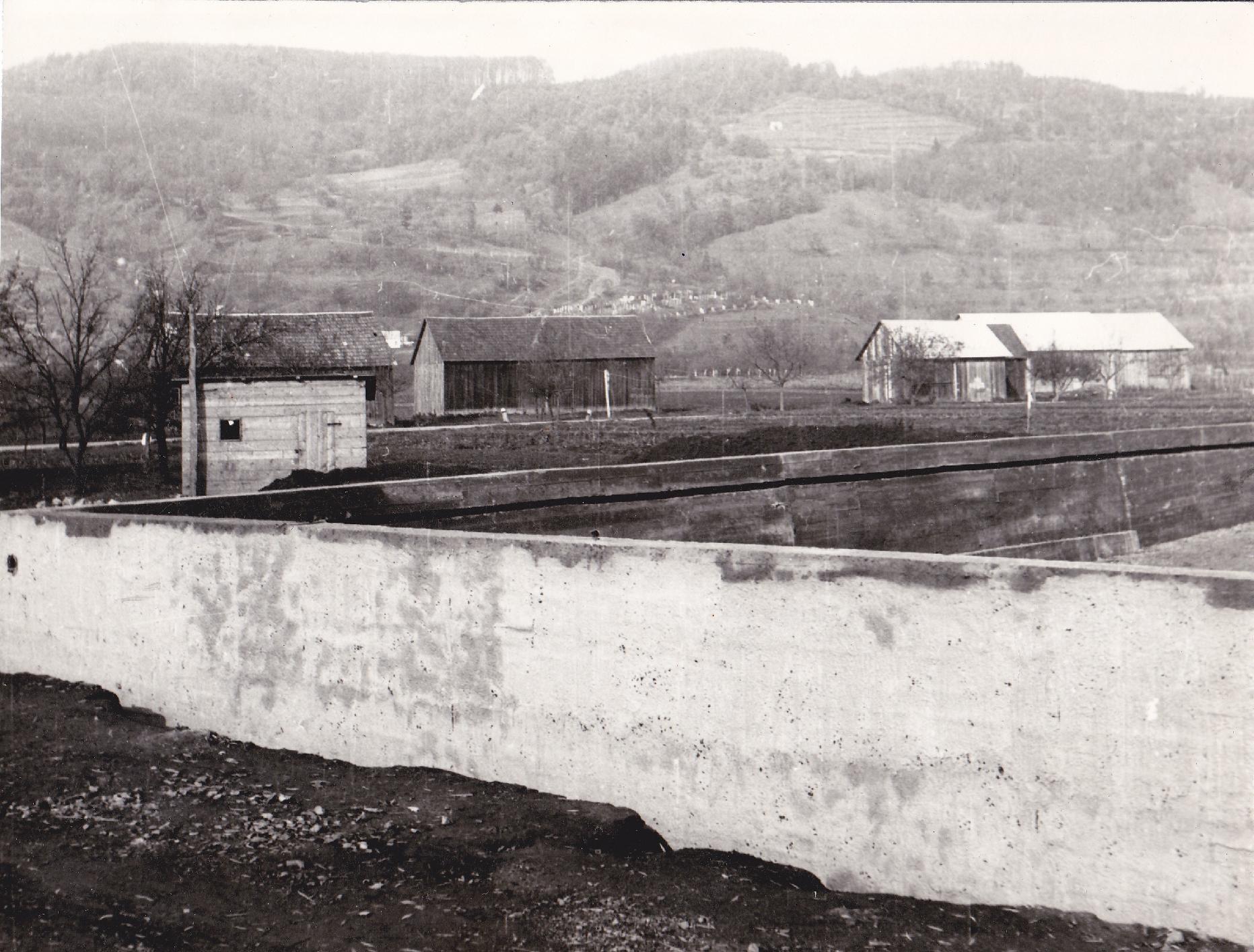 Polia a šopy na mieste dnešného sídliska Sedlište, vzadu na kopci židovský cintorín.