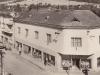 R. 1945: Bezákov obchodný dom na križovatke pri