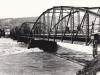 1. peší most s tzv. mýtnicou v Púchove odfotografovaný v r. 1942 počas povodní