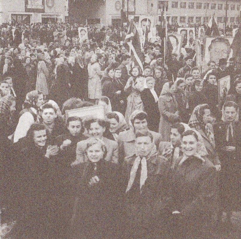 Prvomájový sprievod pred podnikom MAKYTA v Púchove s vyobrazeniami komunistických ideológov a pohlavárov na začiatku 50. rokov minulého storočia...