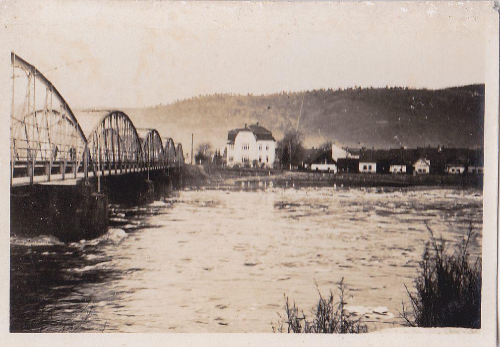 Pohľad na Púchov nad Váhom a oblúkový železný most v 30. rokoch minulého storočia od hotela Kanada.