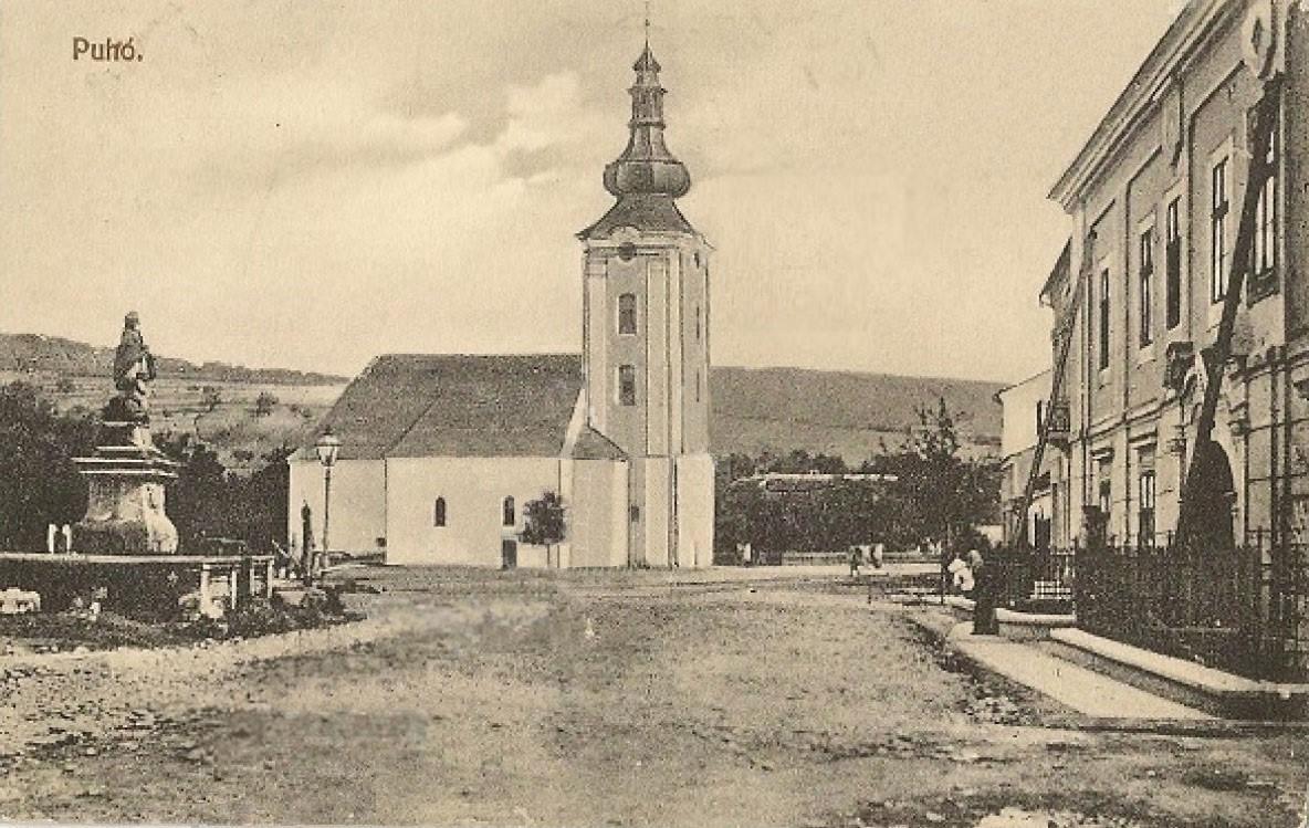 Fotografia dnešného Námestia slobody na pohľadnici z apríla 1913, kde ešte vidieť Marczibányiovský kaštieľ, sochu sv. Jána Nepomuckého s kamenným plotom v pôvodnej polohe a neprestavaný katolícky kostol