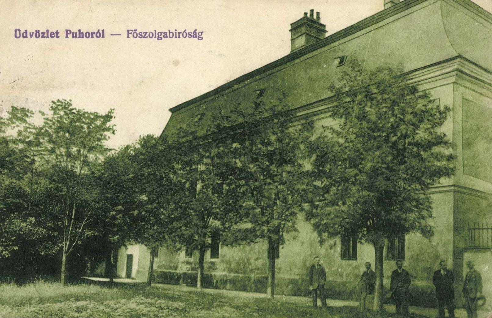 Na obrázku z prelomu 19. a 20. storočia je vidieť, že najstaršia budova v meste Púchov - Župný dom, slúžila ako tzv. Hlavný policajný súd
