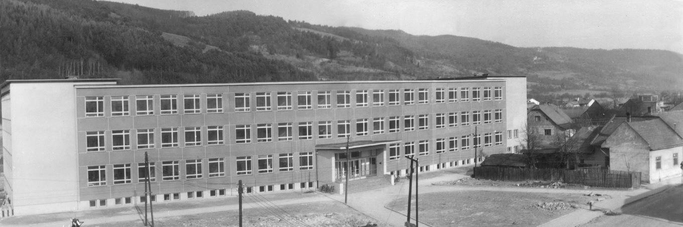 11001533_Základná škola na Komenského ulici v Púchove v roku 1960 krátko po dostavbe hlavnej budovy. Slávnostne bola odovzdaná do prevádzky 13. decembra 1959.