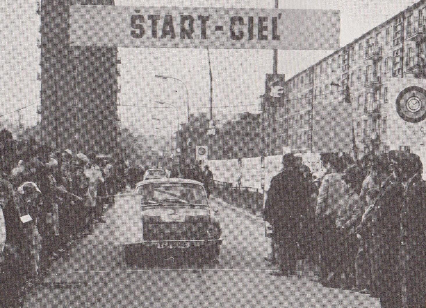 Fotografia z Rallye G1M v Púchove v roku 1971 zachytila štart a cieľ erzety na Ulici obrancov mieru za starým kultúrnym domom.