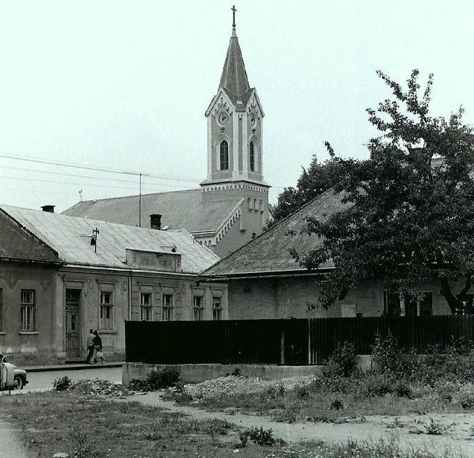 V auguste roku 1969 zachytila fotografia aj časť Moravskej ulice z križovatky s Mudroňovou a Hollého ulicou.