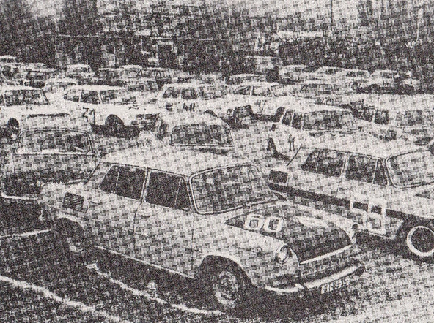 Takto parkovali súťažné vozidlá Rallye G1M v Púchove v roku 1971. Fotograf ich zachytil za bránami športového areálu vedľa futbalového ihriska