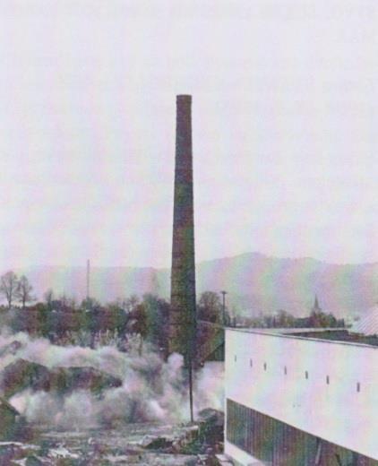 Na fotografii je zachytená demolácia 60 m vysokého komína v roku 1976 v Nových Nosiciach. Pôvodne patril tehelni z roku 1900, ktorej činnosť ukončilo v 70. rokoch vyťaženie suroviny.