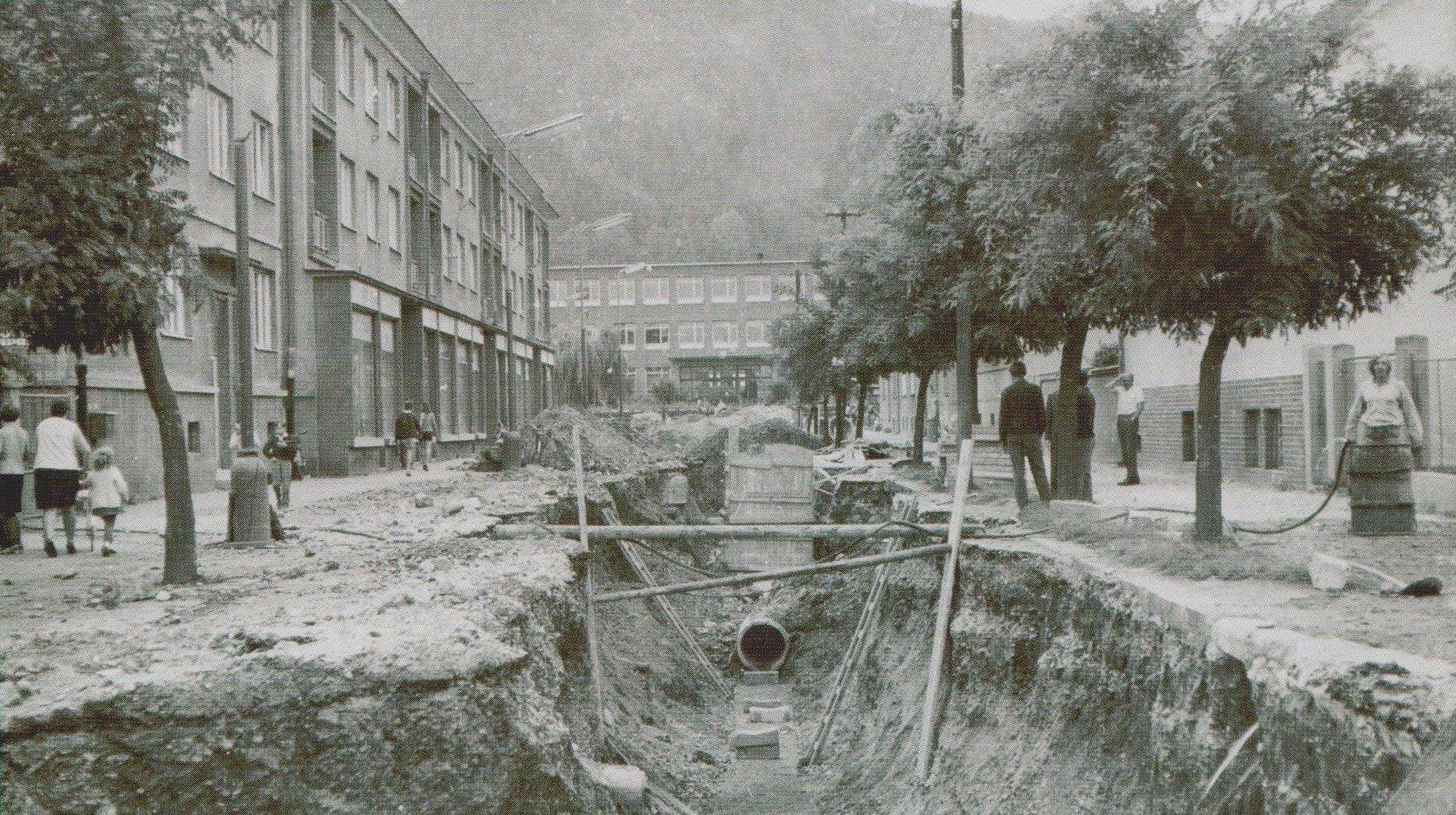 Výstavba kanalizácie na Ulici kapitána Nálepku (dnes Štefánikova ul.) pred ZŠ Komenského v 70. rokoch minulého storočia.