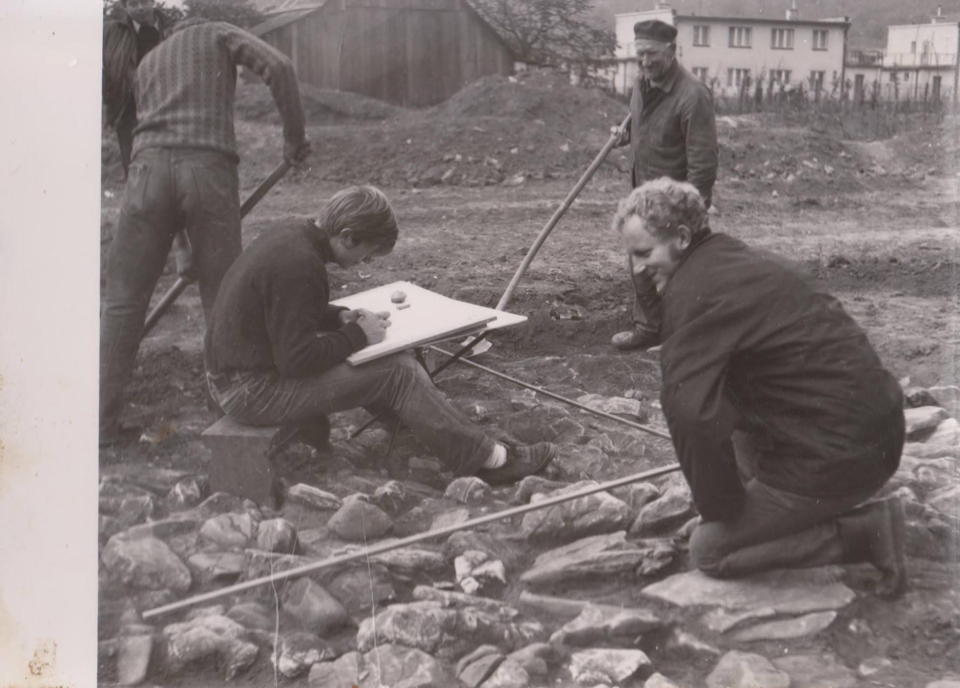 """Archeol. výskum mohyly v lokalite """"Pod Lachovcom"""" v r. 1971"""