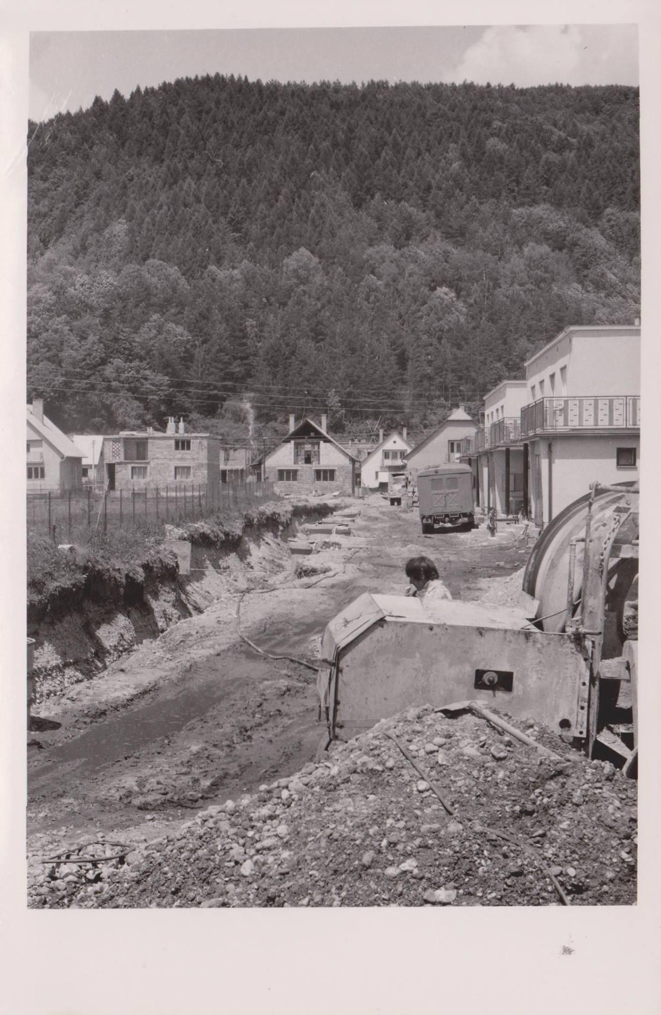 Výstavba Vodárenskej ulice v r. 1970 v Púchove (vľavo ihrisko ZŠ Komenského)