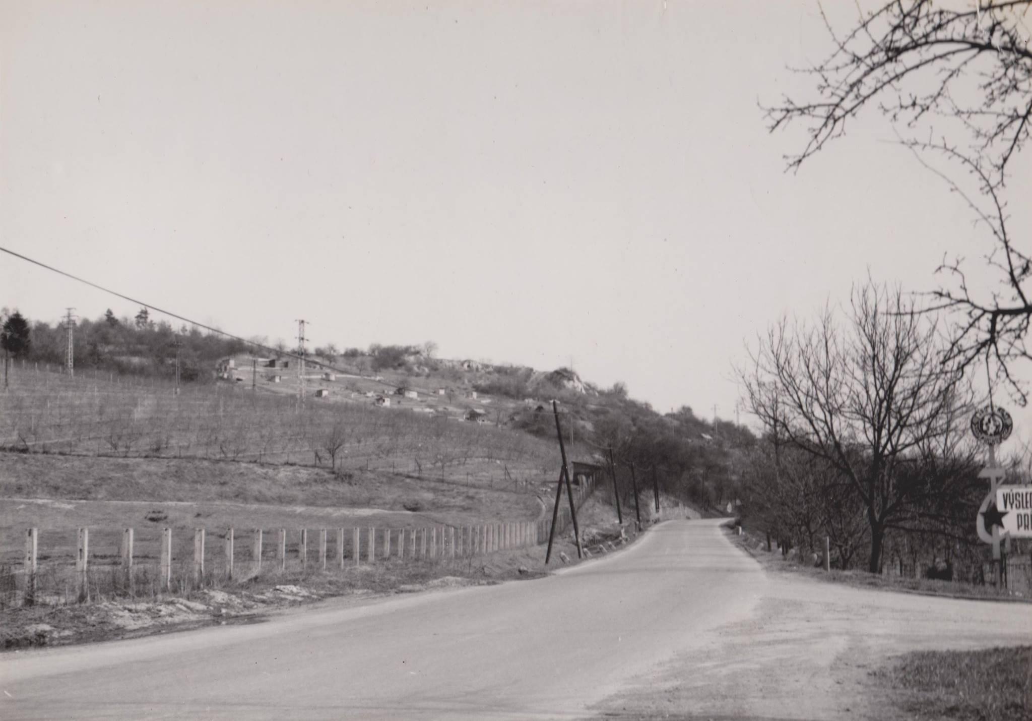 Zvyšky Púchovskej skaly vidieť zo starej cesty cez Púchovskú dolinu - dnes v týchto miestach stojí čerpacia stanica.