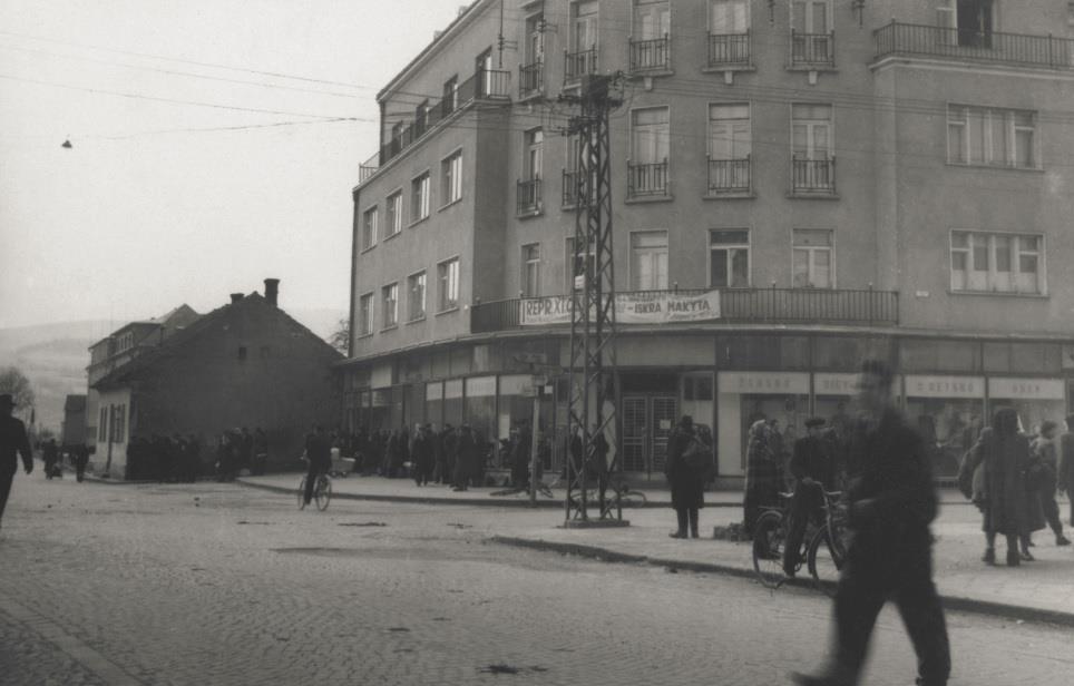 """Križovatka pri """"Rožáku"""", kde na prelome 40. a 50. rokov čakali ľudia na autobusovej zastávke"""