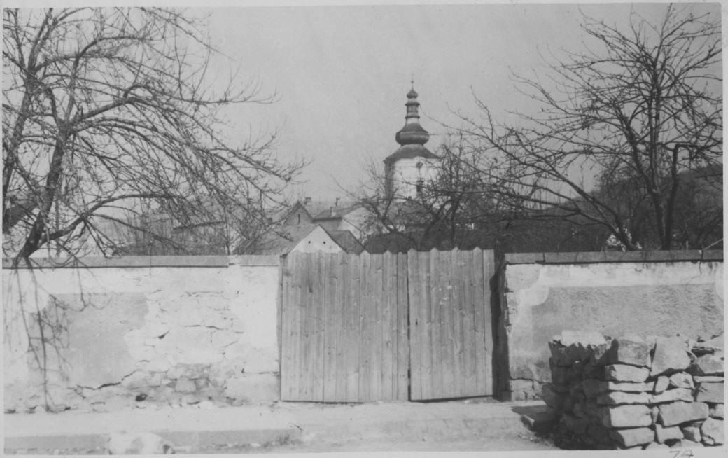 """Vyústenie """"Súdnej uličky"""" na Moravskej ulici v 50. rokoch"""