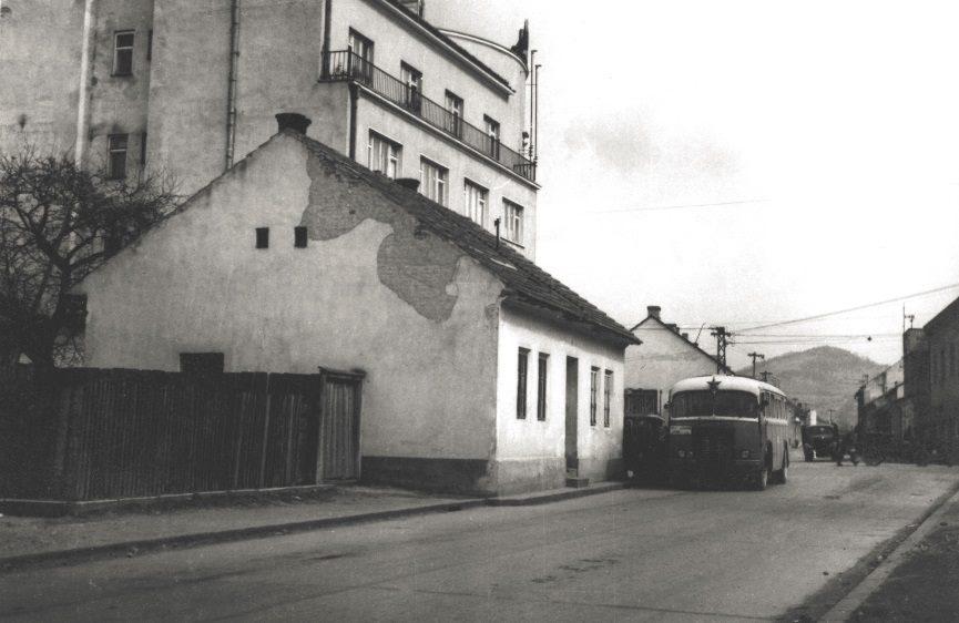 """Autobusová zastávka v 50. rokoch pri """"Rožáku"""""""