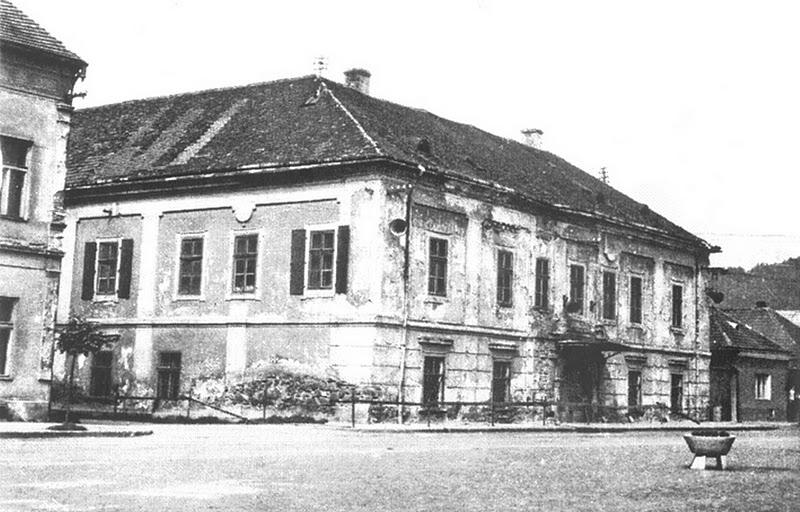 Marczibányiho kaštieľ na Námestí slobody, medzi budovami tzv. Súdna ulička