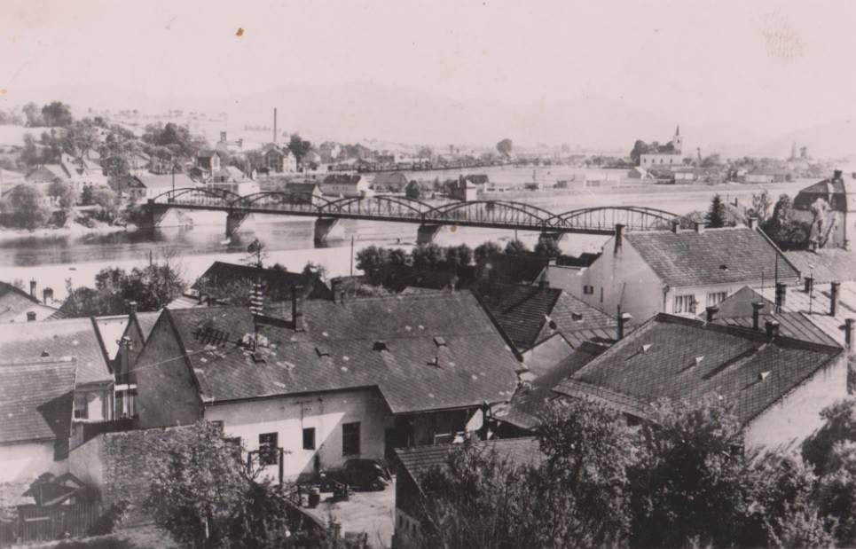 rozrastajúce sa Horné Kočkovce, ktoré už v tom čase boli mestskou časťou. Zaujímavé sú i niektoré ďalšie detaily: auto na dvore, Továrenské ulica, železničná stanica...