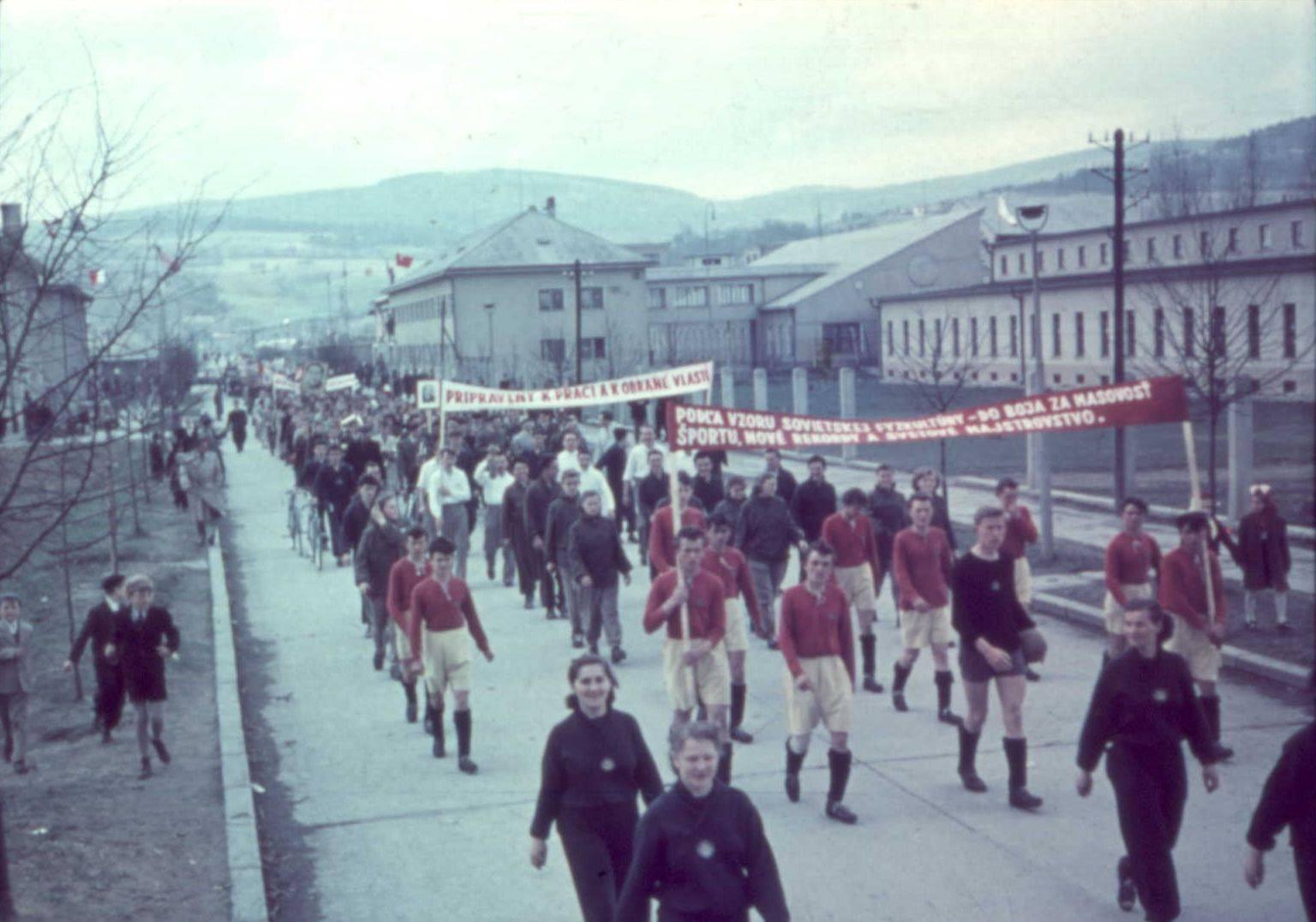 Aj takto vyzerali prvomájové sprievody mestom Púchov - konkrétne pri Makyte n. p. Zaujímavosťou je fakt, že ulica, na ktorej boli tieto fotografie v 50. rokoch zachytené, sa v súčasnosti volá 1. mája (vtedy Ulica Červenej armády)
