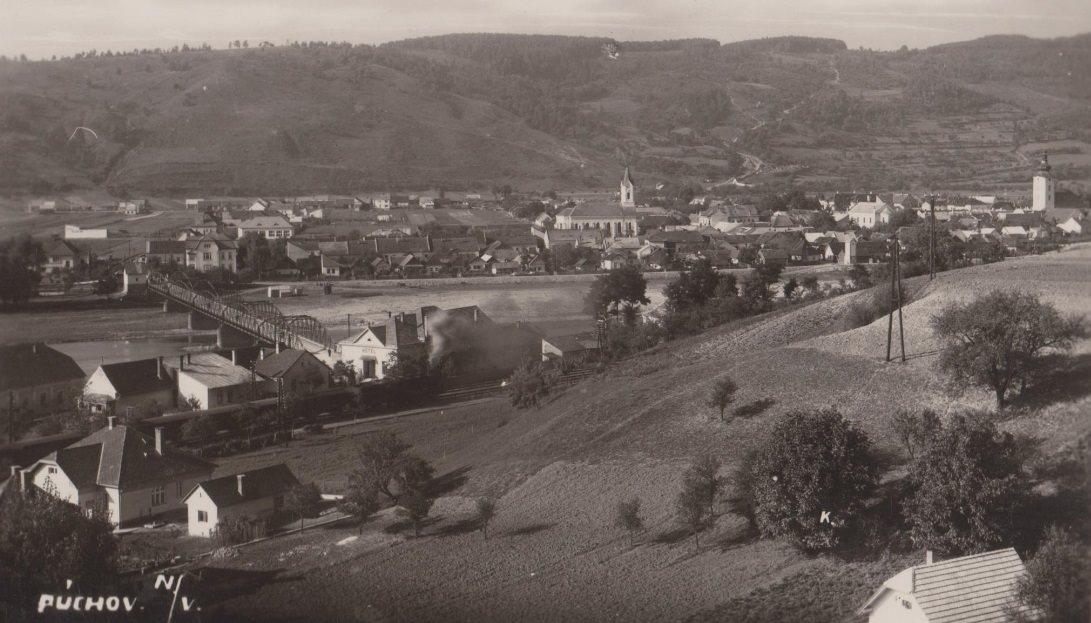 Takto vyzeral Púchov (nad Váhom) v 30. rokoch minulého storočia. Ešte stáli chrámy troch vierovyznaní, prvý most cez Váh, pôvodná Považská železničná trať, Hotel Kanada, málo zalesnený Lachovec...