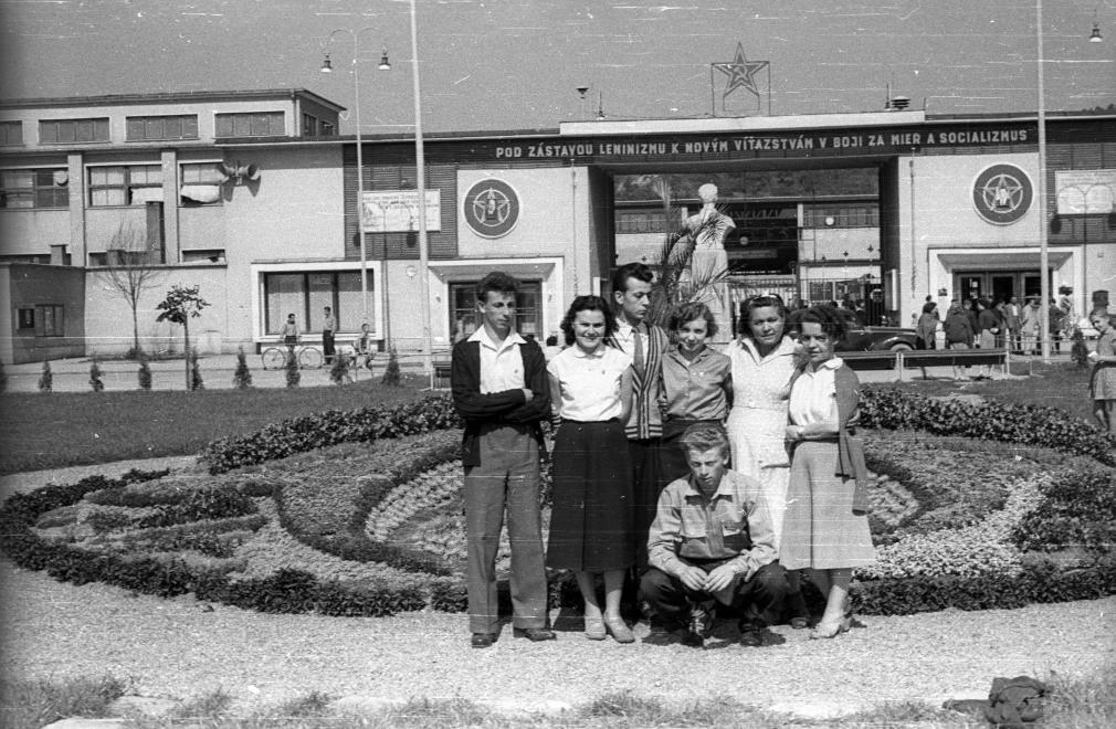 Návšteva maďarského umeleckého súboru v Púchove v septembri 1956. Fotografia v parku J. Fučíka pred bránou OZ Makyta Púchov