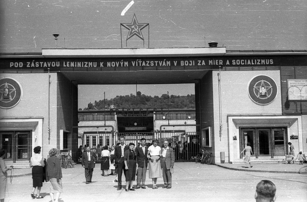 Návšteva maďarského umeleckého súboru v Púchove v septembri 1956. Fotografia pred bránou OZ Makyta Púchov