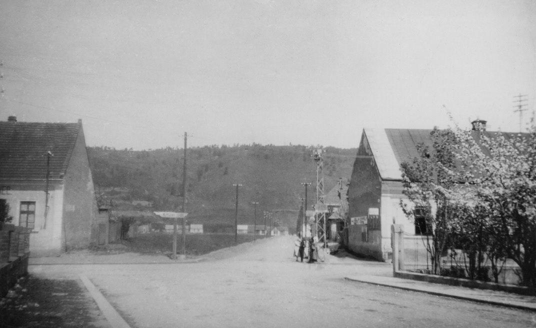 """Križovatka pri """"Rožáku"""" v roku 1932 (pohľad smerom z mosta)"""
