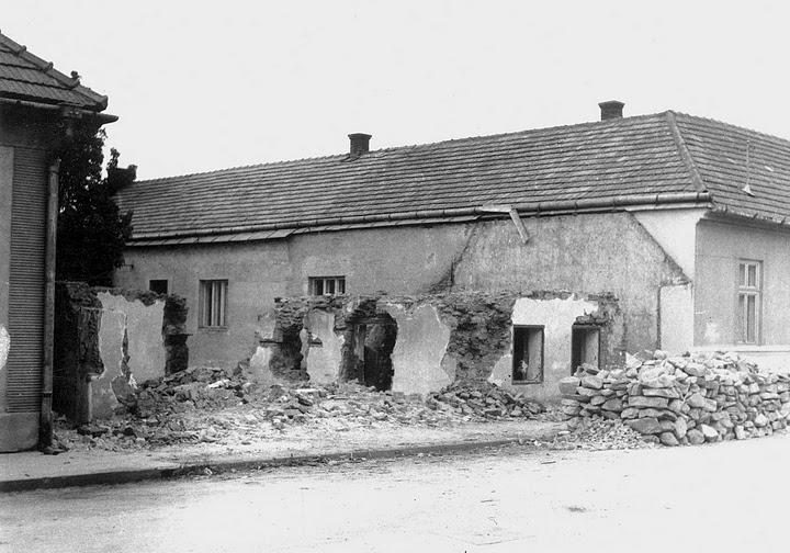 búranie domu na Moravskej ulici, kde vzniklo napojenie ulice F. Urbánka