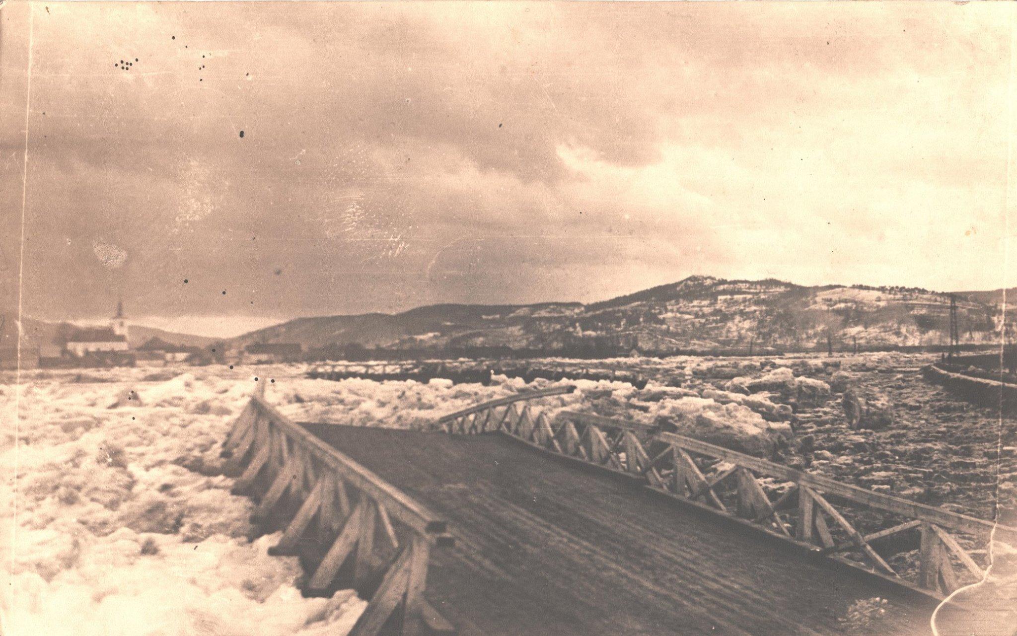 Rozvodnený  Váh odnáša 5. februára 1946 provizórny drevený most medzi Púchovom a Hornými Kočkovcami, ktorý postavili domáci obyvatelia a vojaci červenej i rumunskej armády potom, ako nemecké vojsko zničilo pri ústupe pôvodný kovový most