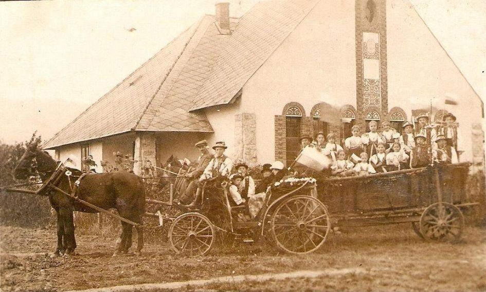 Fotografia z r. 1925 zachytila cestu detí z Lúk do Topoľčianok za T. G. Masaryko. (budova dnešnej ZUŠ v Puchove)