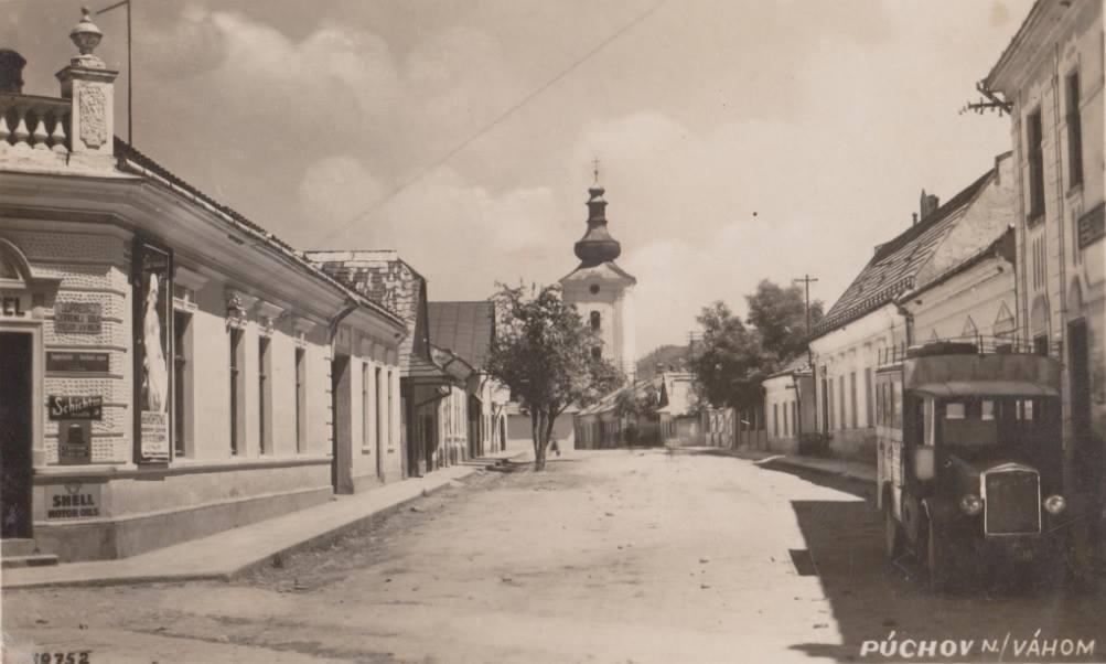 Dnešná Moyzesova ulica v Púchove v 30. rokov minulého storočia. Kedysi tu bola jedna z prvých čerpacích staníc v meste (parkujúce vozidlo pri secesnej budove Potravného spolku, neskôr Hotel Javorník). Obchod (vľavo) na rohu s Moravskou ulicou predával zmiešaný tovar (Schichtové mydlá, motorové oleje Shell, vykupoval červenú soľ...) rovnako ako v budove Potravného družstva (francúzsky motorový olej Gargoyle Mobiloil, margarín Vitello, rádia Philips, sídlilo tu i Úverné družstvo pre Púchov a okolie).