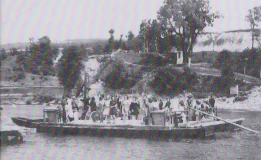 Fotografia z roku 1946 zachytila prievoz cez Váh medzi Púchovom (odfotografované z tohto brehu) a Hornými Kočkovcami.